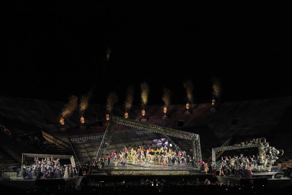 Scène uit La traviata in de Arena di Verona. (© Ennevi)