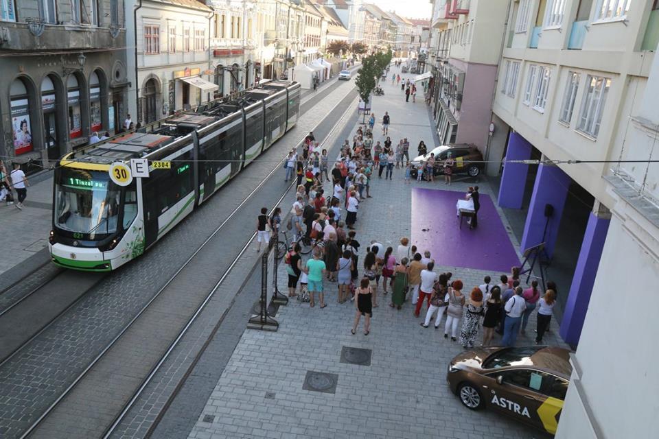 Het flaneren over de autoluwe Széchenyi-straat lijkt een geliefde vrijetijdsbesteding van alle inwoners van Miskolc. (© operafestival Bartók Plus)