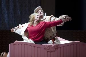 Scène uit Don Giovanni bij De Nationale Opera, 2011, met Judith van Wanroij als Donna Elvira en José Fardilha als Leporello. (© Hans van den Bogaard)