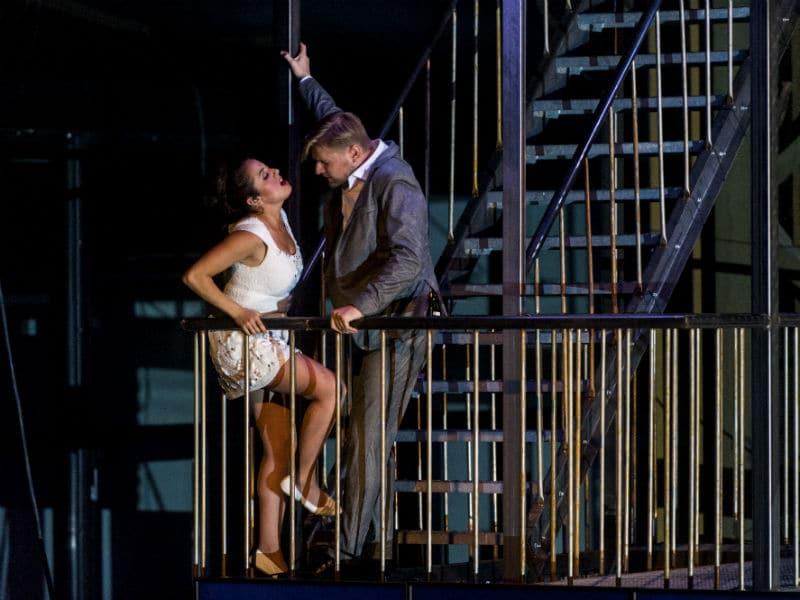 Scène uit Don Giovanni bij Holland Opera, met Lilian Farahani en Martijn Cornet. (© Holland Opera)
