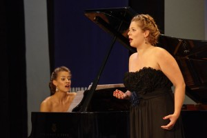 Sopraan Marie Perbost en pianiste Joséphine Ambroselli Brault staan net als in 2014 in de finale. (© Hans Hijmering)
