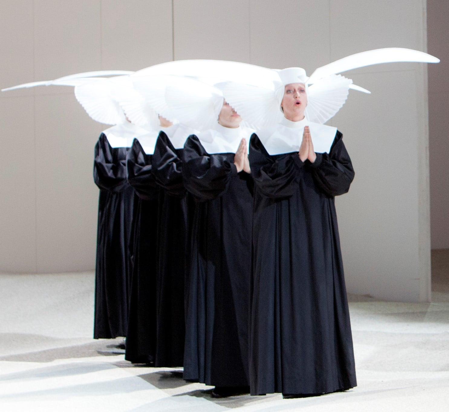 Eva Kroon (de voorste van de groep) als 'Un Musico' in Manon Lescaut bij De Nationale Opera. (© Bernd Uhlig)