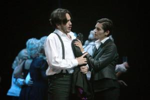 Rodrigo Porras Garulo als Hoffmann en Antigone Papoulkas als Niklaus. (© Silke Winkler)