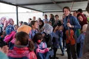 Merlijn Twaalfhoven met Syrische vluchtelingen in Jordanië.