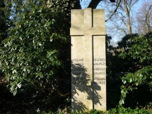Het Wagner-graf in Bayreuth, waar naast Wieland ook zijn vrouw Gertrud begraven is, evenals Siegfried en Winifred, en Wolfgang en Gudrun Wagner. (© Bayreuth2009 / Creative Commons-licentie)