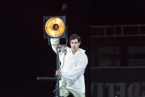 Guglielomo richt zich tot de zaal in zijn aria over ontrouw (© ROH / Stephen Cummisky).