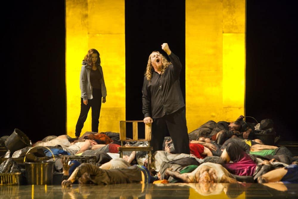 Scène uit Der fliegende Holländer bij Opera Vlaanderen, met in het midden Iain Paterson. (© Annemie Augustijns)