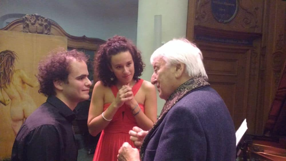 Florian Caroubi en Adèle Charvet met master Konrad Richter. (© Place de l'Opera)