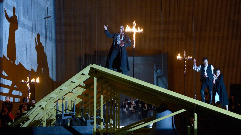 Scène uit Les Huguenots bij de Deutsche Oper Berlin. (© Bettina Stöß)