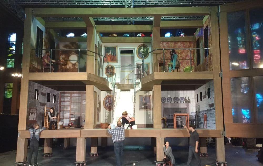 Het decor van Le nozze di Figaro, met linksboven de kamer van de graaf. (© Place de l'Opera)