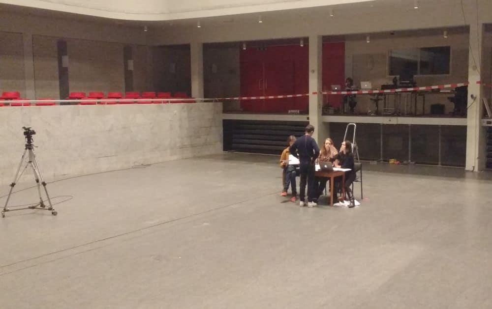 Repetitie voor Les nuits d'été, met staand Gable Roelofsen en zittend rechts Romy Roelofsen. (© Place de l'Opera)