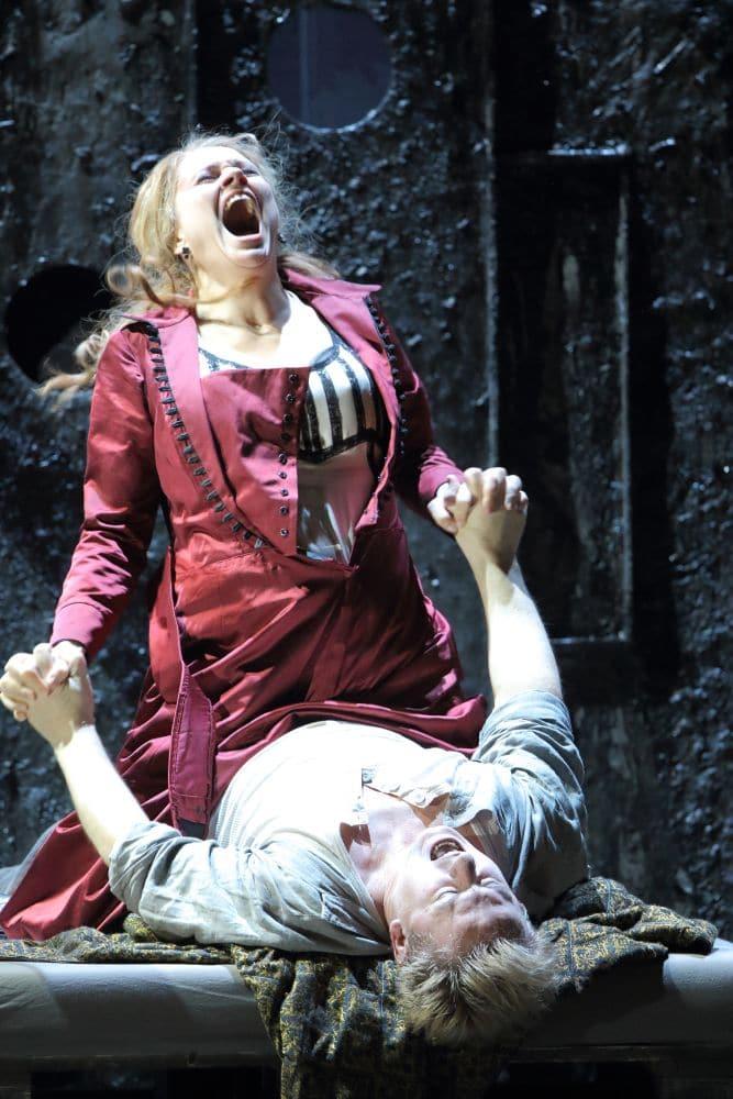 Anja Kampe en Misha Didyk in Lady Macbeth van Mtsensk bij de Bayerische Staatsoper (© Wilfried Hösl)
