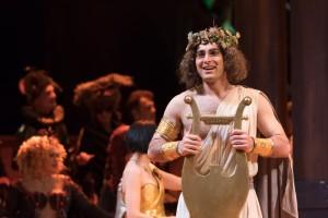 Papuna Tchuradze als Orphée in Orphée aux enfers. (© Lorraine Wauters / Opéra Royal de Wallonie)