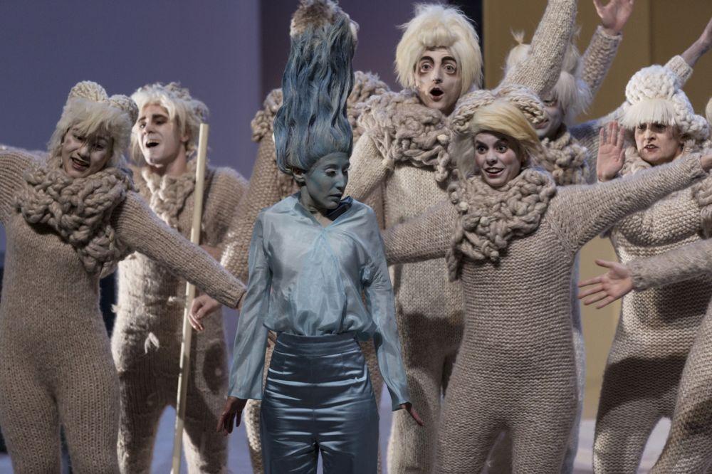 Elodie Kimmel als Galatea, omringd door het koor van schapen. (© Magali Dougados)