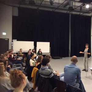Regisseur Caitlin van der Maas met haar team en cast. (© Dutch National Opera Academy)