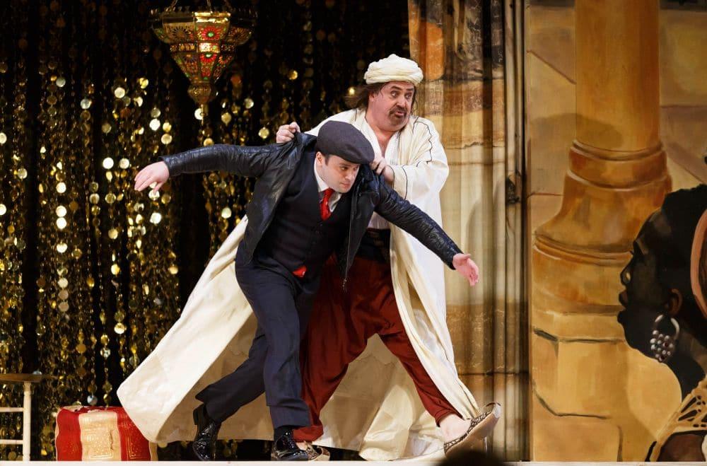 Paul Appleby als Belmonte en Peter Rose als Osmin in Die Entführung aus dem Serail. (© Michel Schnater / De Nationale Opera)