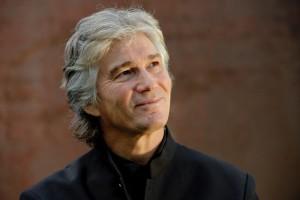 Jonathan Darlington, muziekdirecteur van de Vancouver Opera, staat voor het orkest. (© Andreas Köhring)