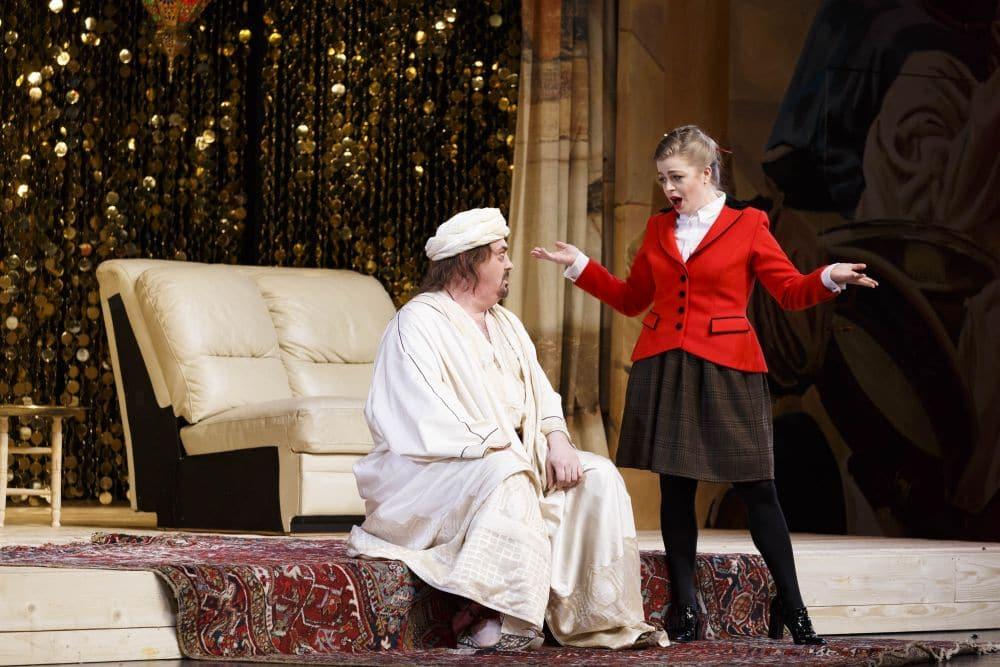 Siobhan Stagg als Blonde met Peter Rose als Osmin in Die Entführung aus dem Serail bij De Nationale Opera. (© Michel Schnater / De Nationale Opera)