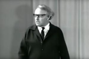 Wieland Wagner in een still uit de YouTube-clip 'Wieland Wagner probt den Ring'.