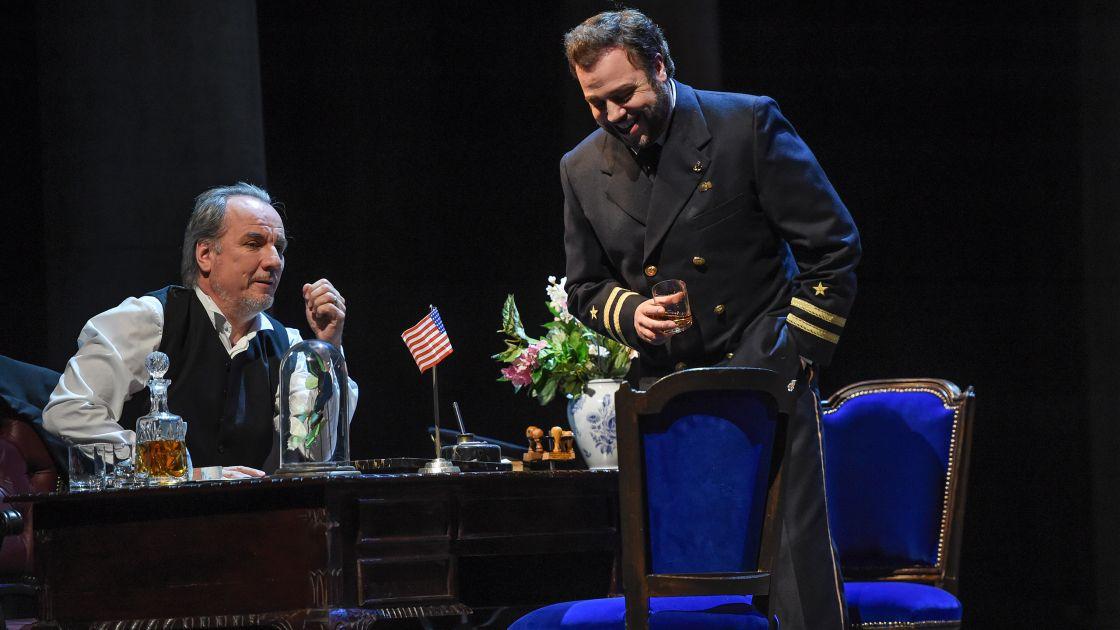 Stefan Heidemann (Sharpless) en Eduardo Aladrén (Pinkerton) in Madama Butterfly bij de Deutsche Oper am Rhein. (© Hans Jörg Michel)
