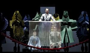 Scène uit Madama Butterfly, met staand bariton Wiard Witholt. (© Baus)