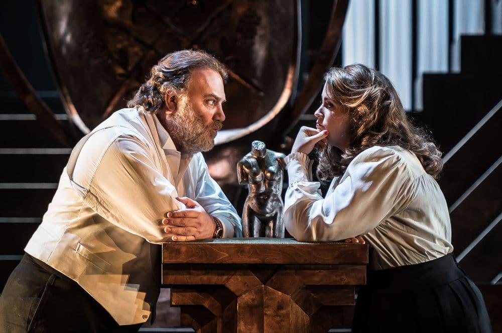 Bryn Terfel als Hans Sachs en Rachel Willis-Sorensen als Eva. (© ROH / Clive Barda)