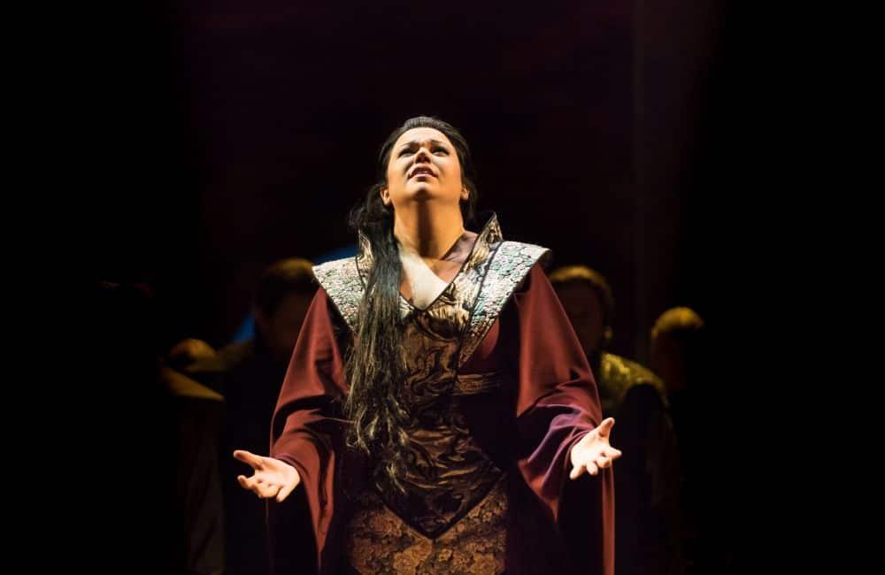 Elaine Alvarez als Hélène. (© Lorraine Wauters / Opéra Royal de Wallonie)