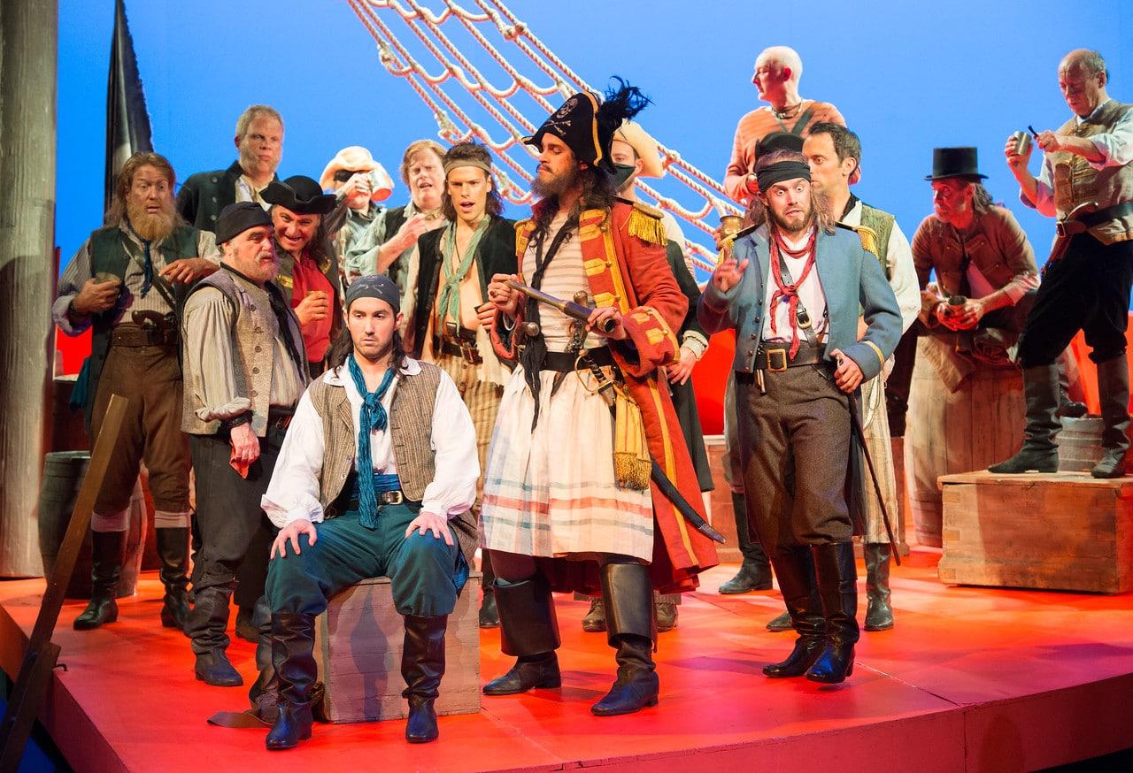 Scène uit The Pirates of Penzance bij de English National Opera. (© Tom Bowles)