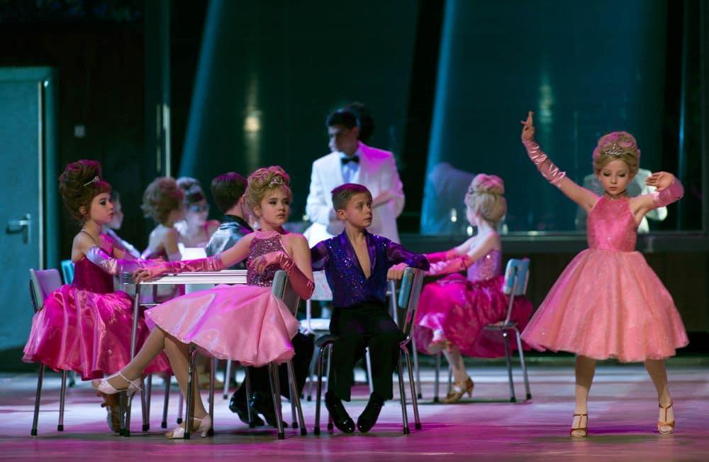 Warlikowski voegt ballroom dansende kinderen toe aan het begin en in het derde bedrijf. (© Ruth Walz)