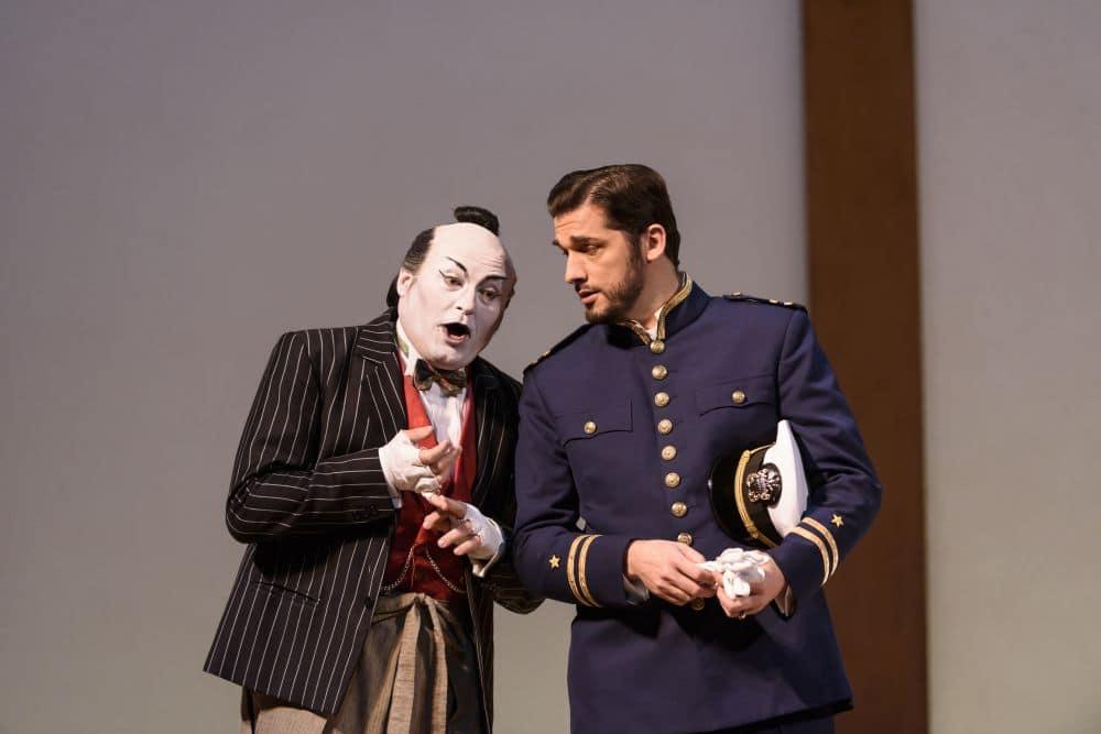 Carlo Bosi als Goro en Marcelo Puente als Pinkerton. (© ROH / Bill Cooper)