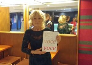 Henny Diemer met het boek over haar werk, Voce, voce, voce. (© Place de l'Opera)