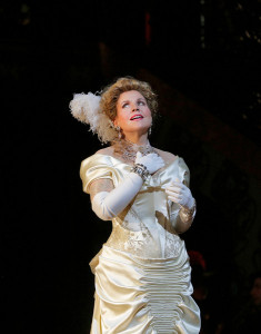 Renée Fleming in Die lustige Witwe. (© Ken Howard / Metropolitan Opera)