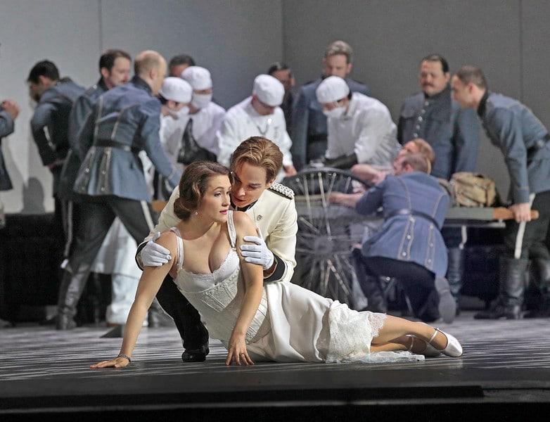 Erin Morley als Sophie en Elīna Garanča als Octavian. (© Ken Howard / Metropolitan Opera)