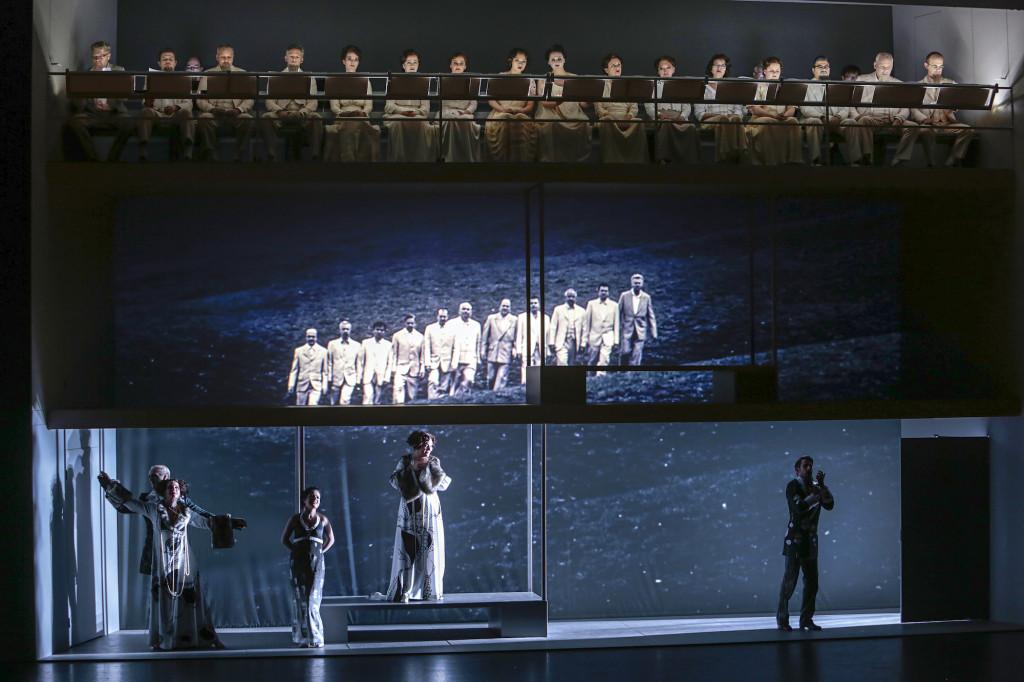"""Wesseling: """"De helft van de voorstelling zing ik met mijn hoofd tegen het plafond."""" Scène uit Annas Maska bij het Theater St. Gallen. (© Iko Freese)"""