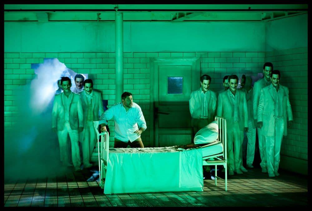 Luca Salsi als Rigoletto voor het Koor van De Nationale Opera in Rigoletto. (© Clärchen & Matthias Baus)